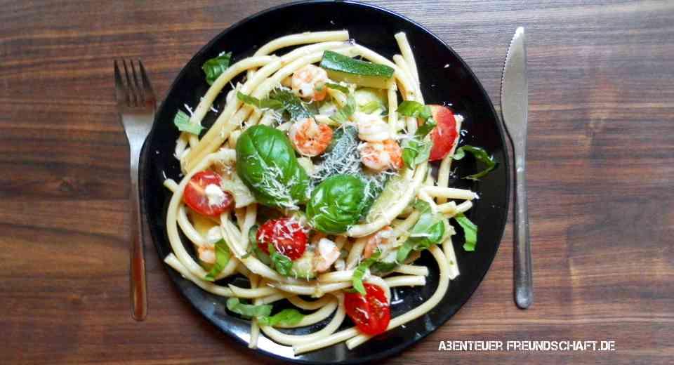 Schnelle Pastagerichte - Zucchini-Maccaron mit Tomaten uns Scampi