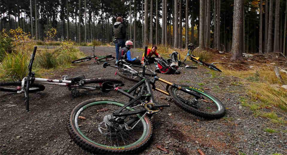 Sportliche Freizeitaktivitäten im Herbst wie Joggen, Mountainbike Touren oder Bergtouren machen zusammen ungemein Spaß und Action