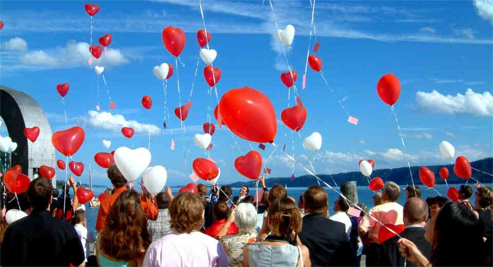 Hochzeitsaktion und Hochzeitsspiel Herzluftballions steigen lassen mit den Hochzeitsgästen
