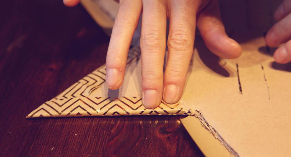 DIY-Adventskalender - Sternschnuppe wird mit Geschenkpapier ummantelt