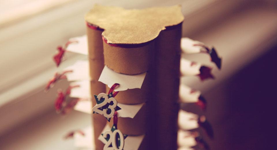 Zum DIY Adventskalender basteln kann man Küchenrollen verwenden, in die Trenner geschoben werden.
