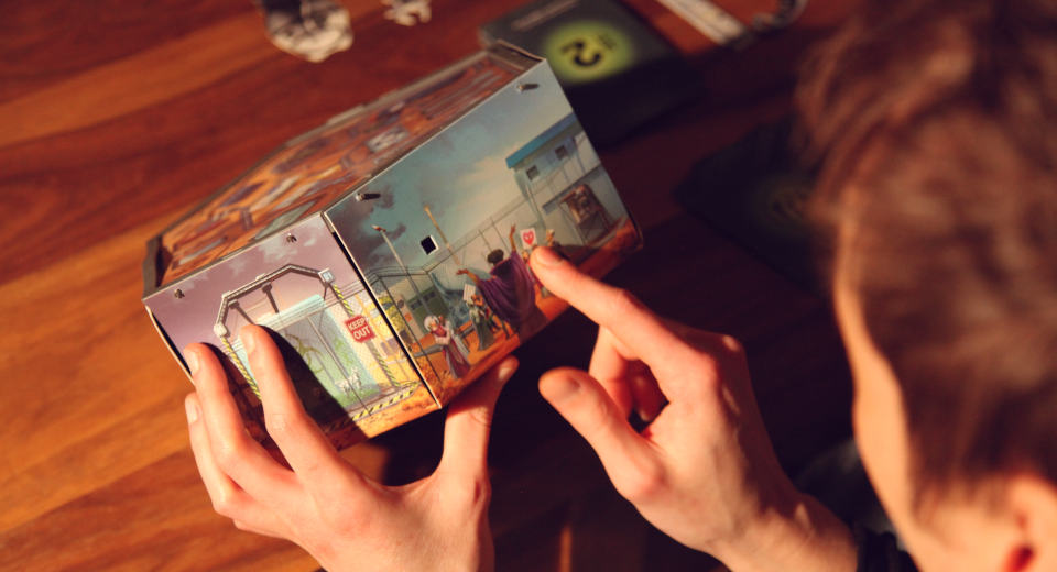 Beim Escape Game Break In Area 51 ist die Spielschachtel zugleich der Escape Raum, in dem es sich gilt immer tiefer voran zu rätseln.